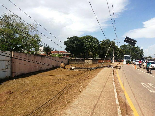 Trator da Semur derruba poste e deixa bairro da Zona Norte sem energia