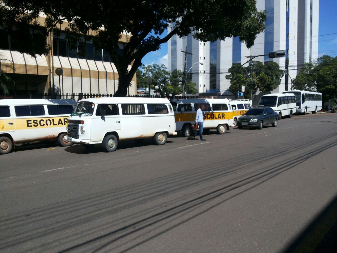 Sem receber, trabalhadores do transporte escolar fazem protesto