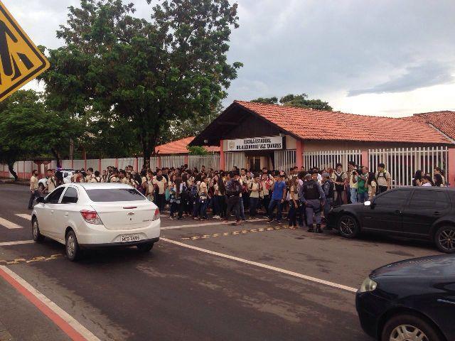 Alunos do AVT fecham avenida em protesto