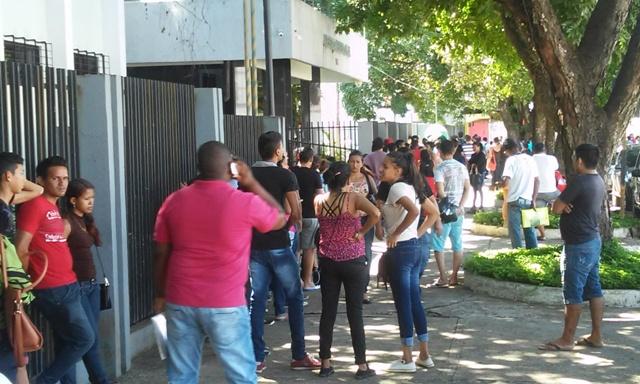 Eleitores enfrentam longas filas para cadastro eleitoral