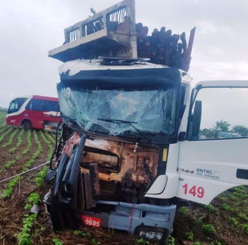 Ônibus é arrastado por carreta; motorista morreu na hora