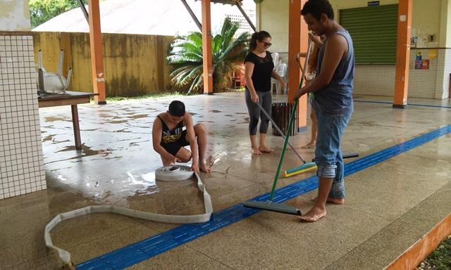 Após acordo, alunos limpam e desocupam prédio da Ueap