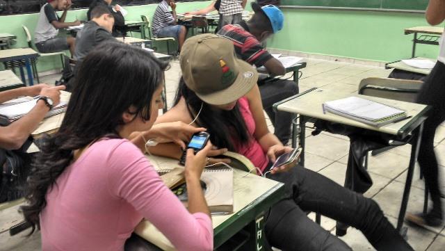 Lei estadual proíbe uso de celular nas escolas