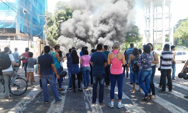 Grevistas da Ueap fecham ruas e queimam pneus
