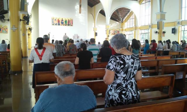 Católicos participam de missa na Catedral de São José