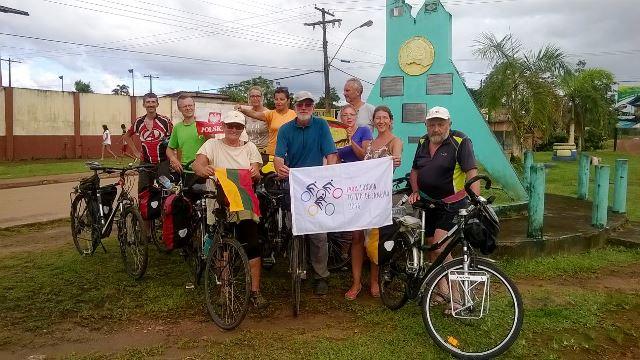 Ciclistas britânicos passam por Oiapoque rumo às Olimpíadas