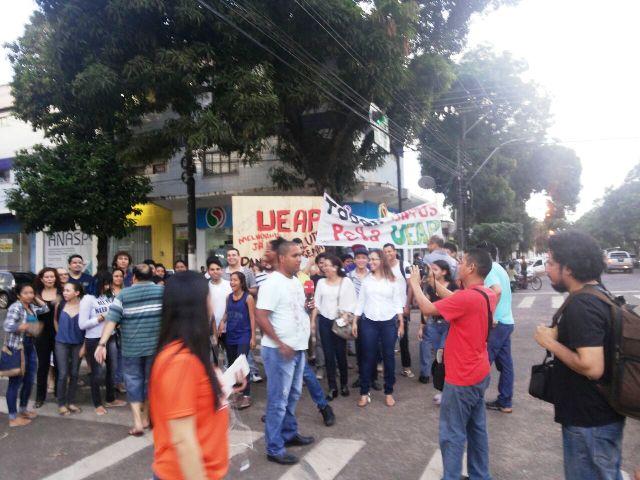 Alunos da Ueap ocupam prédio da instituição durante protesto