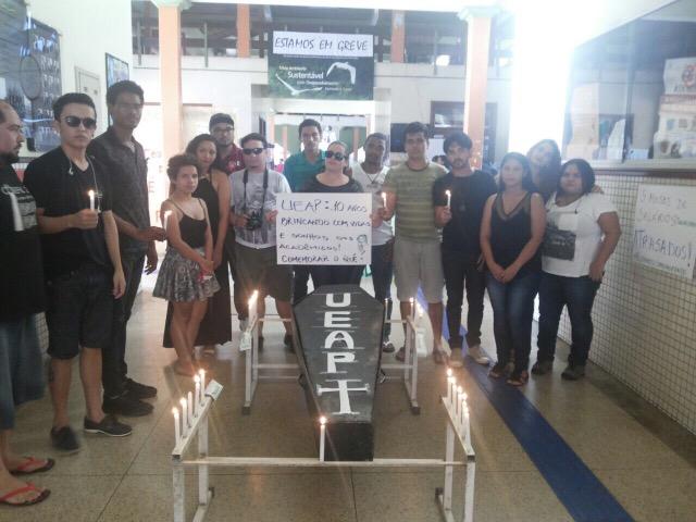 Estudantes comemoram com funeral os 10 anos da Ueap