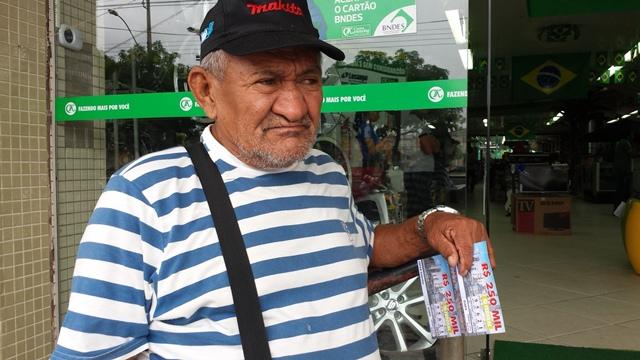"""Filho de ganhador da loteria que ficou pobre defende o pai: """"não tiveram a mesma sorte"""""""