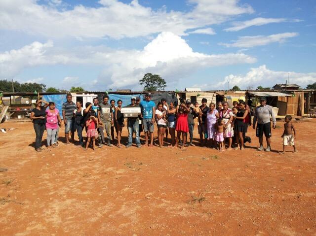 Famílias retiradas da Norte-Sul acampam em campo de futebol
