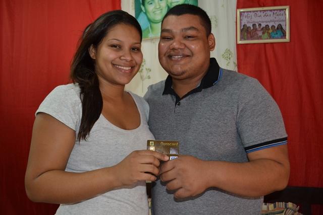 Ele perdeu o cartão de crédito, ela achou, e os dois encontraram o amor