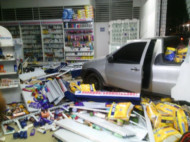 Cunhado pede carro emprestado e invade farmácia
