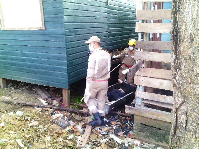 Depois de sentir mau cheiro, moradores encontram cadáver debaixo da casa