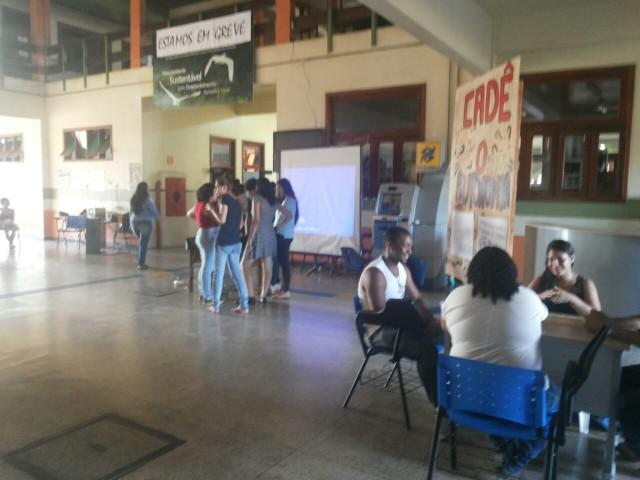 Funcionários rejeitam proposta e greve continua na Ueap