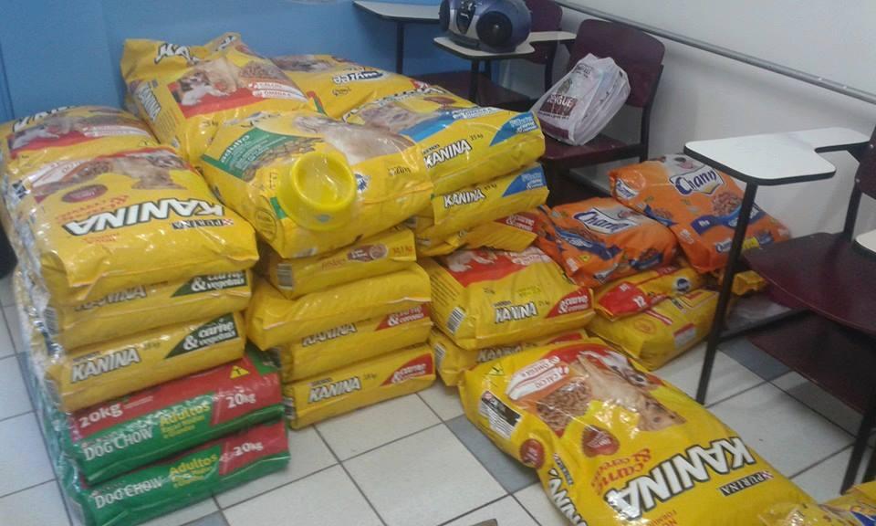 ONG arrecada mais de uma tonelada de ração no Pet Day Tatoo