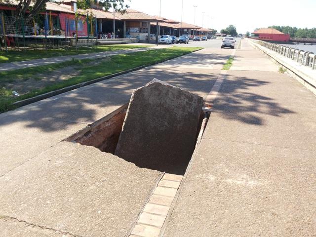 Calçada cede e cratera se abre na Beira Rio