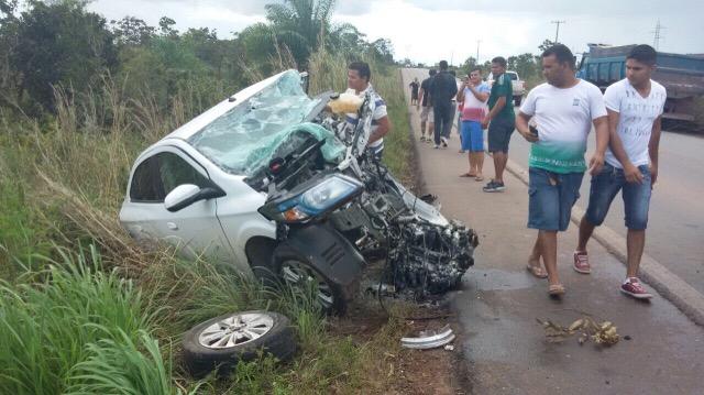 Carro parte ao meio e 2 morrem em colisão na BR-210