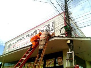 Homem recebe descarga elétrica e é resgatado em estado grave