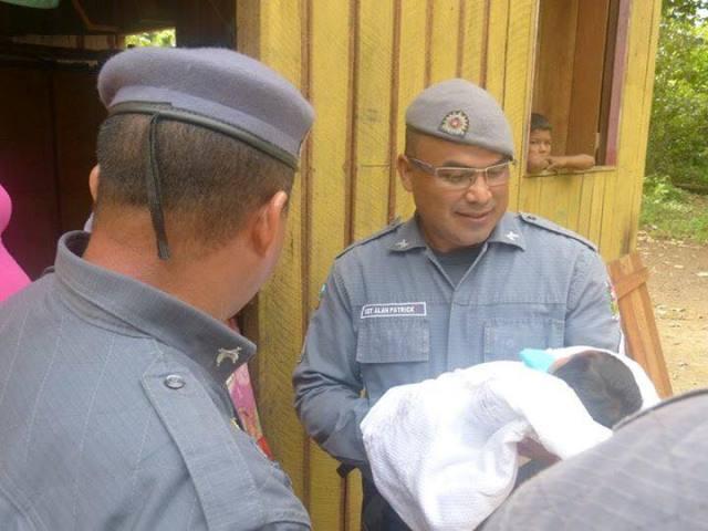 Policiais que fizeram parto em viatura visitam bebê