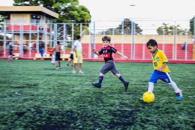 Crianças inauguram novo 'campinho' da Praça Nossa Senhora da Conceição