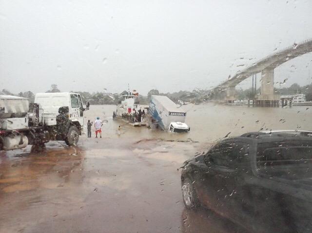 Caminhão fica pendurado em balsa no Rio Matapi
