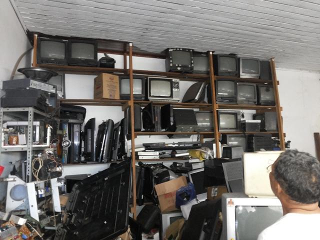 Donos abandonam televisores de tubo nas oficinas