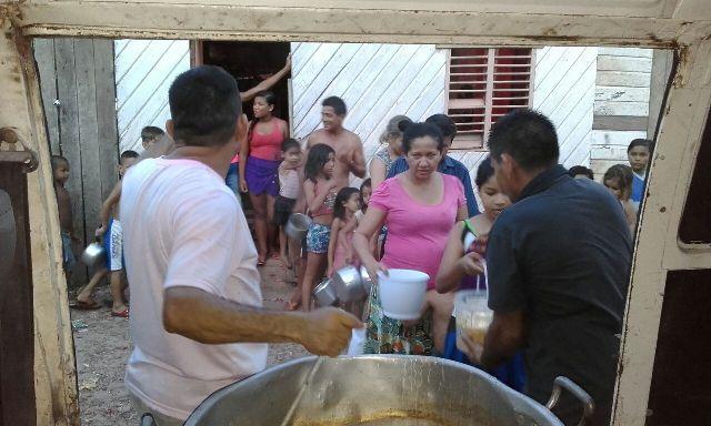 Sargento da PM distribui sopa para famílias pobres