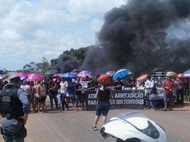 Servidores de Tartarugazinho bloqueiam BR-156 para cobrar salários