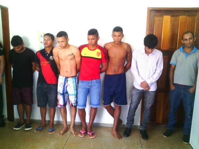 Na foto, Edielson é o último à direita: até jornalistas que cobriam a operação questionaram sua prisão