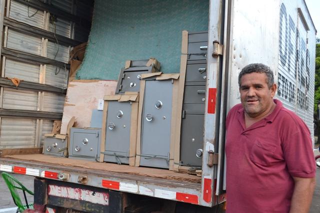Baiano não se intimida com a crise e vende cofres em Macapá
