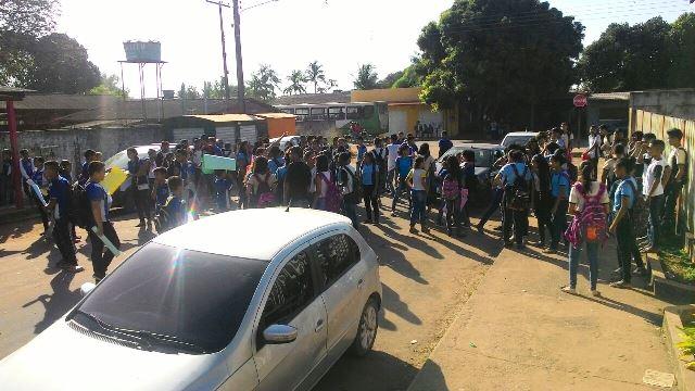 Com medo da violência, alunos de 3 escolas fazem protestos