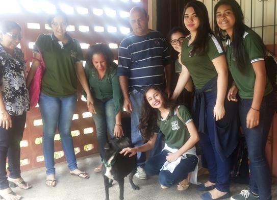 Cadela que ajuda a proteger escola terá 'baby chá'