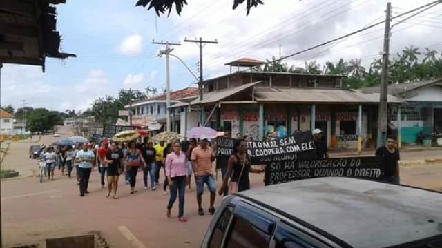 Professores com salários atrasados protestam nas ruas de Mazagão