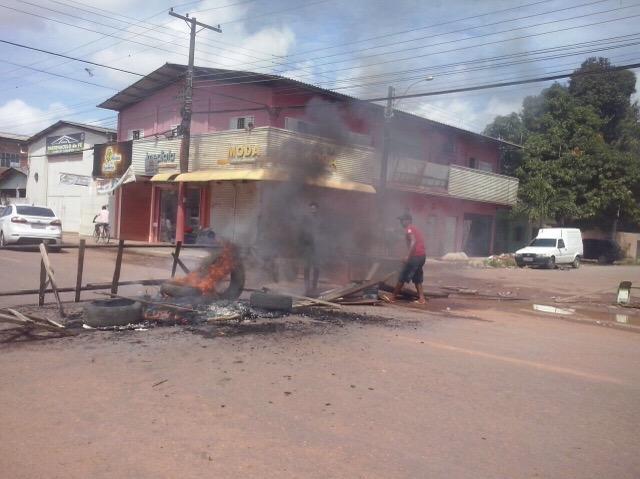 Há dois dias sem energia, moradores bloqueiam rua