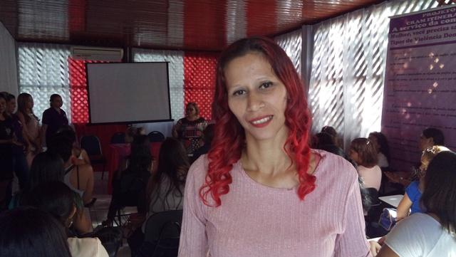 Ex-vítima de violência e abusos ensina francês a outras mulheres