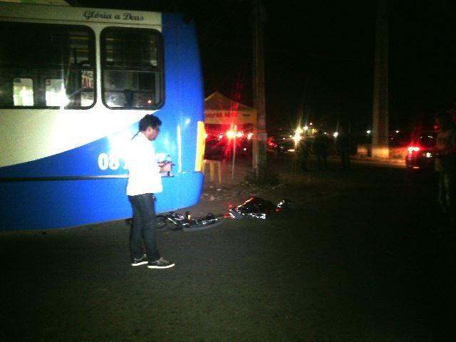 Ciclista é esmagado por ônibus
