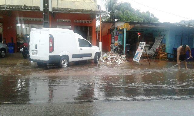 Chuva com rajadas de vento deixa ruas de Macapá alagadas