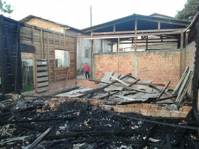Família que perdeu casa em incêndio tenta voltar para Macapá