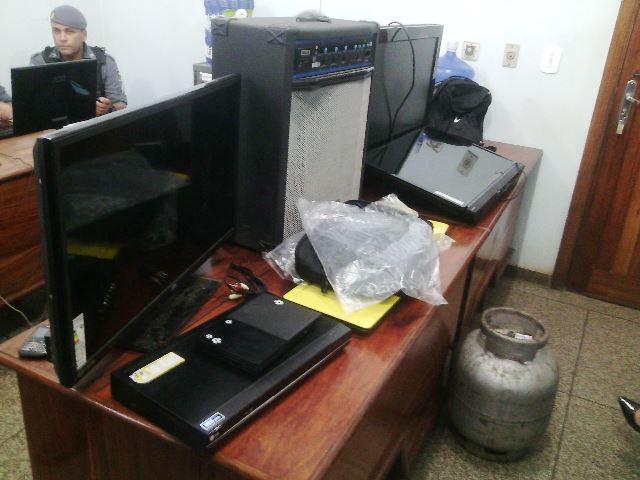 Casal guardava objetos furtados de escola