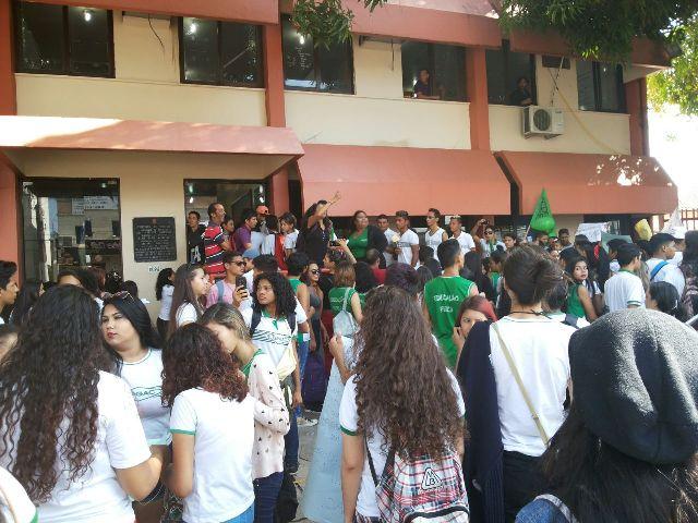 Alunos fecham a FAB e articulam greve geral de estudantes