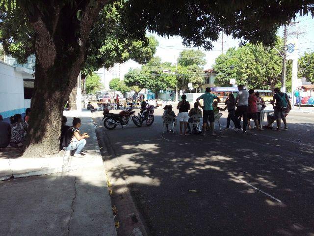 Terceirizados bloqueiam FAB contra salários atrasados