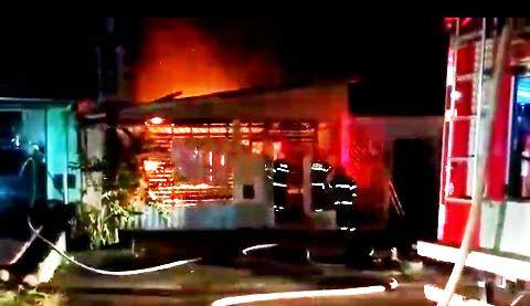 Bombeiros impedem que incêndio atinja vizinhança
