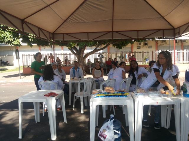 Sem refeições, funcionários do HE fazem protesto