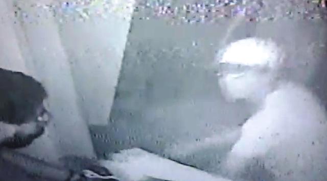 VÍDEO mostra bandidos roubando motociclista