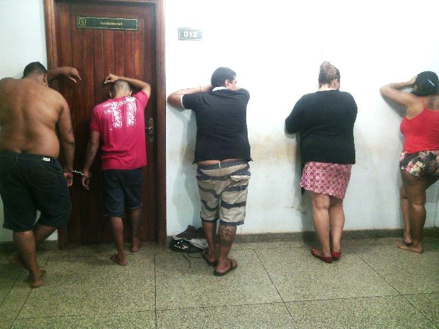 Suspeitos fogem de residência com a chegada da PM; havia drogas no local