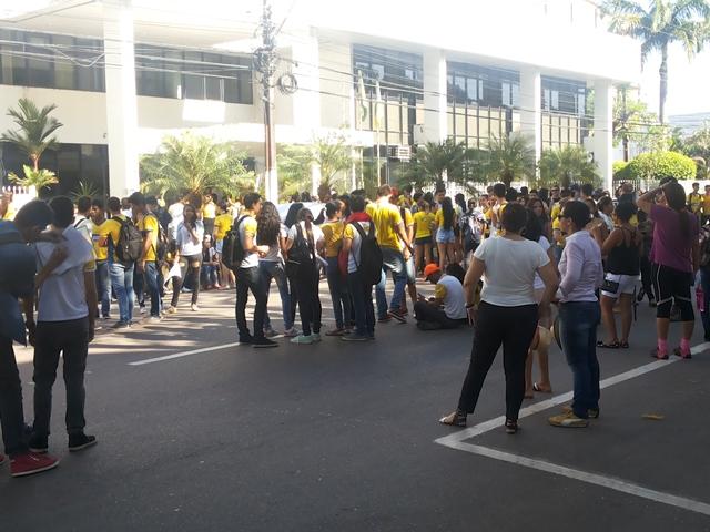 """""""Vão esperar tudo pegar fogo"""", diz aluno durante protesto"""