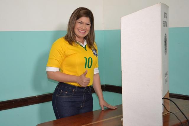 Aline vota no Centro de Macapá