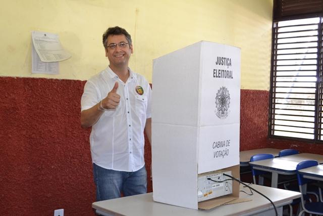 Clécio vota acompanhado de vice e senadores