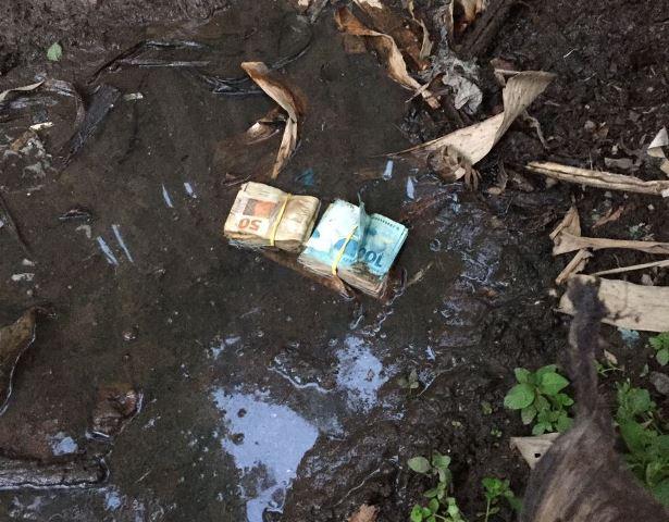 Policiais encontram dinheiro na lama