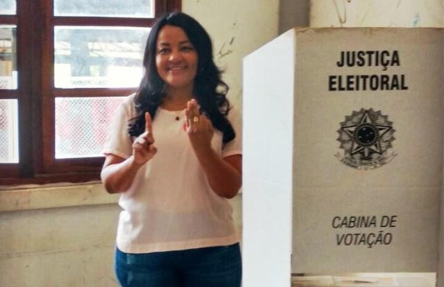 Dora vota no Colégio Amapaense com assessores e parentes